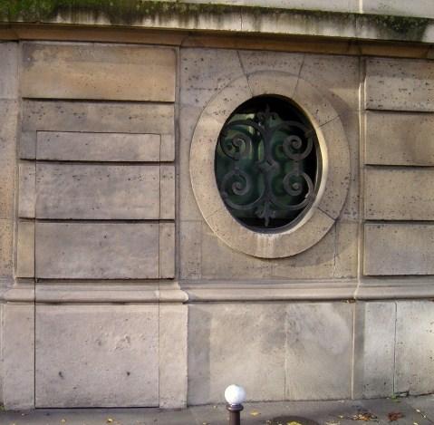 une porte dérobée... située Avenue de Marigny juste en face du Palais de l'Elysée...