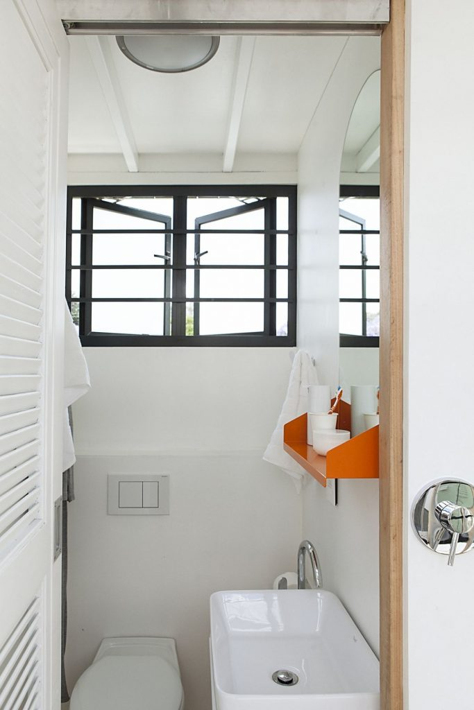 Pod-iDLADLA-bathroom-interior-photographed-by-Brett-Rubin